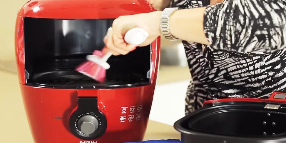 limpando fritadeira elétrica